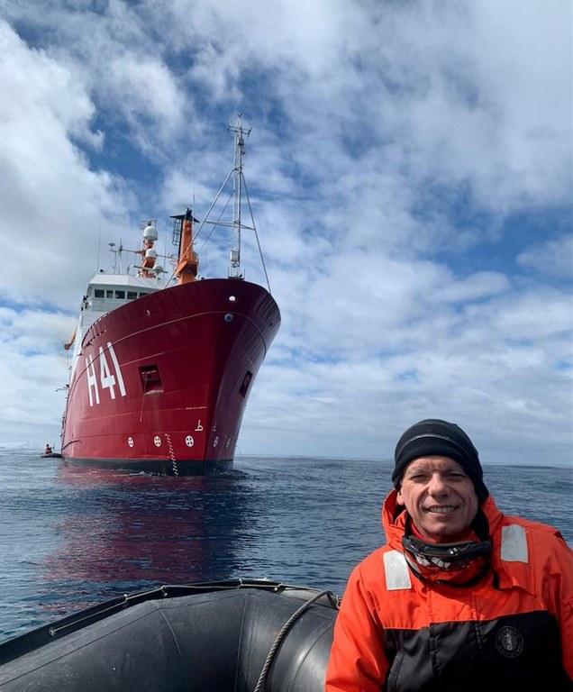 Dr. Luciano Pezzi e a Torre Meteorológica no navio